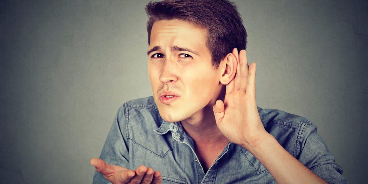 Une personne atteinte de traumatisme sonore