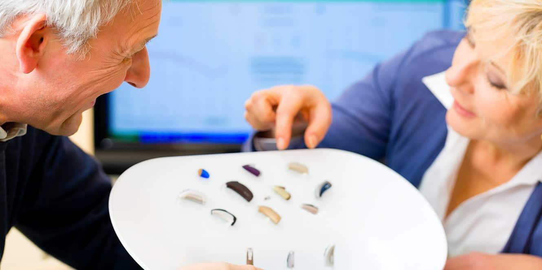 Présentation des aides auditives par un audioprothésiste