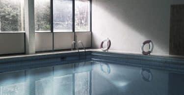 Quels sont les avantages des piscines intérieures ?