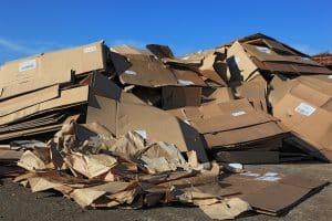 tas de cartons d'emballages écrasés